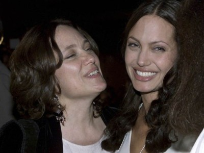 jornalocampista:  Com receio de câncer, Angelina Jolie faz cirurgia para retirar os seios  Revelação foi feita em artigo publicado no jornal 'The New York Times'.Médicos disseram que atriz…  View Post  What a woman Angelina Jolie is. I have new found respect for her. Such bravery, such a woman.