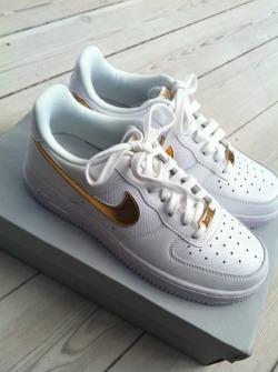 lamaisonthof:  Air Force 1 Low Lizard White/Metallic GoldI need these in my life. Now. Please and Thank you.