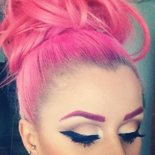 kellyeden:  Sometimes I like to Rock a #pink brow  Omg awesome pinky! #pink #eyebrow