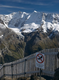 visitheworld:  A funny sign on the trail to Schilthorn, don't go hiking on stiletto heels in the Swiss Alps :) (by silverkeys)