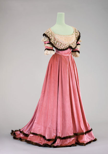 fripperiesandfobs:  Evening dress ca. 1901 From the Munchner Stadtmuseum
