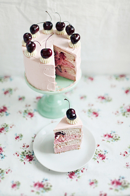 raspberrytart:  Birthday cake by Call me cupcake on Flickr.