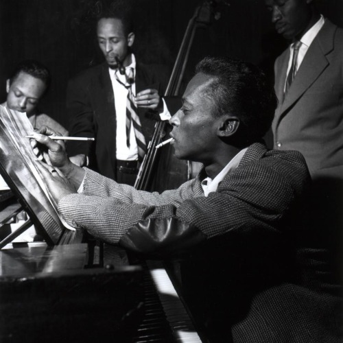 tekena:  Miles Davis, Percy Heath, Gil Goggins & Jimmy Heath, NYC, 1953