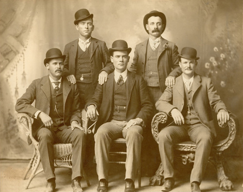 "ckck:  Butch Cassidy's Wild Bunch gang. Fort Worth, Texas, 1900. Photograph by John Schwartz. Standing (L to R): Will Carver and Harvey ""Kid Curry"" Logan.Sitting: Harry A. ""The Sundance Kid"" Longabaugh, Ben ""The Tall Texan"" Kilpatrick and Robert Leroy ""Butch Cassidy"" Parker."