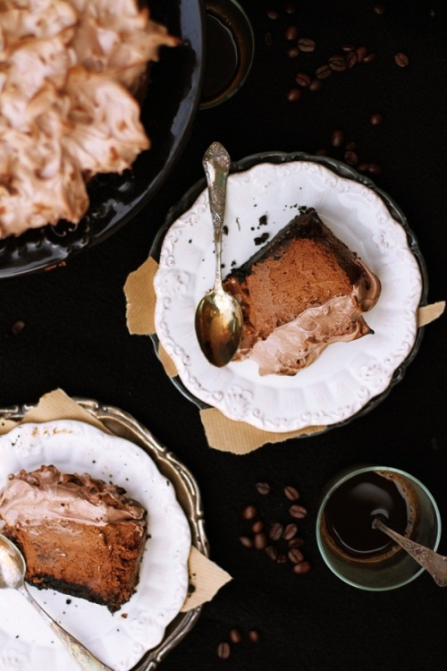 weeheartfood:  Chocolate and Gingerbread Cheesecake with Italian meringue