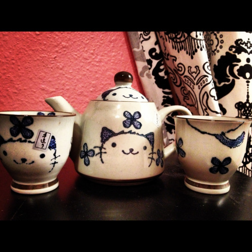 madeoutwithabanana:  My Little tea set is so cute! ☕🐱💜