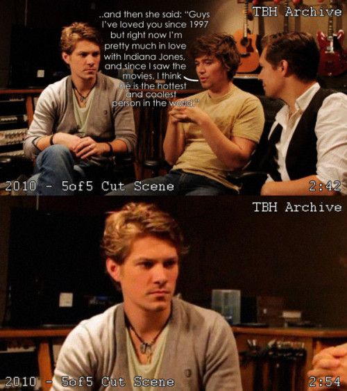 thinkinbouthanson:  The Beginning….  hahahaha, he can't handle the fact that he's not the hottest person in the world for everyone