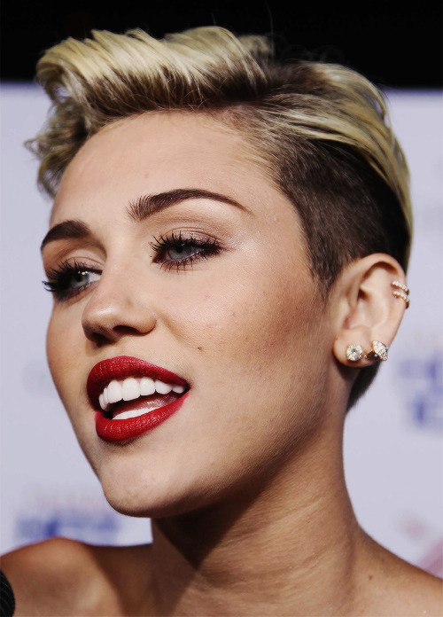 peculiiiar:  mileyyyyyy:  im dead  Awwww she looks so pretty