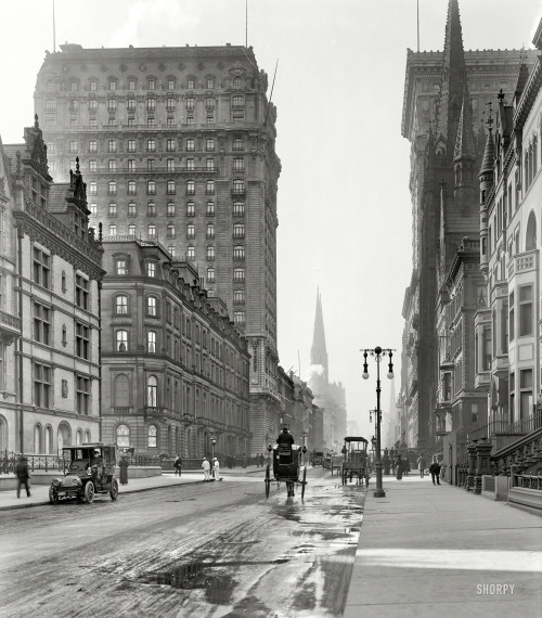 "lostsplendor:  On the Avenue: Manhattan, 1905 (via Shorpy Historical Photo Archive)  ""Looking south along Fifth Avenue and East 56th Street"""