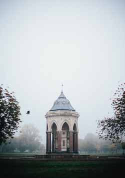 ambiants:  Fog takes over Victoria Park, London. by Beto Ruiz Alonso on Flickr.