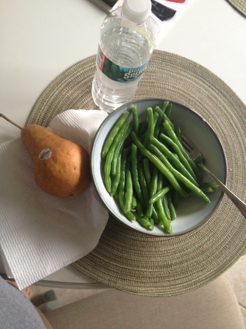 iwilloseweight:  Eating a bowl of string beans for lunch and a pear! Yum yum yum I've been craving string beans