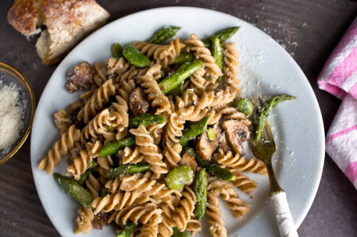 notanotherhealthyfoodblog:  Whole-Grain Pasta With Mushrooms, Asparagus and Favas  click here for recipe