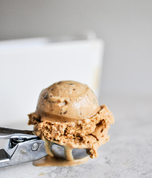 yummyinmytumbly:  burnt caramel bourbon ice cream with milk chocolate toffee