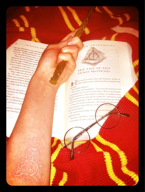 maybe-a-muggle:  The Deathly Hallows (in white ink)   tumblrs best harry potter