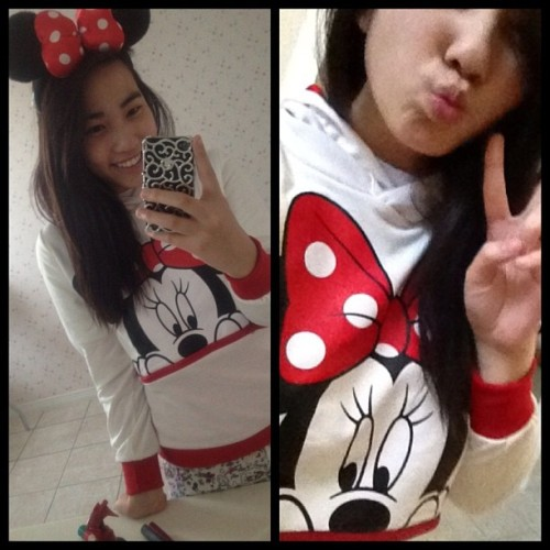 in love with my new Minnie Mouse sweater 😍🎀 #matchesmyears #minniemouse #disney #bow #red #sweater #yay #latechristmaspresent #ithasearsonthehoodtoo #love #passionperks