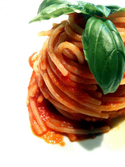 Spaghetti di Gragnano al pomodoro fresco by Micaiena on Flickr.
