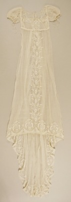 myviewfromsomewhere:  (via Metropolitan Museum: French cotton dress c. 1804 | Like a Fairytale)