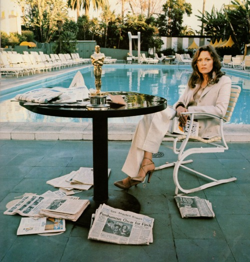 wandrlust:  Faye Dunaway, Beverly Hills (1977) – Terry O'Neill  Wow. I much prefer this shot of Faye!