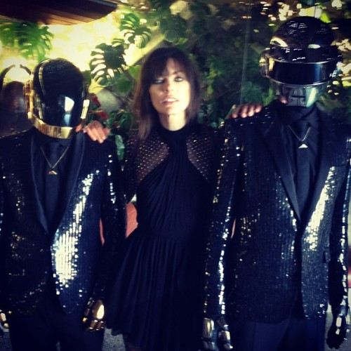 milla jovovich poses with two weird dudes. was this at comicon or something?