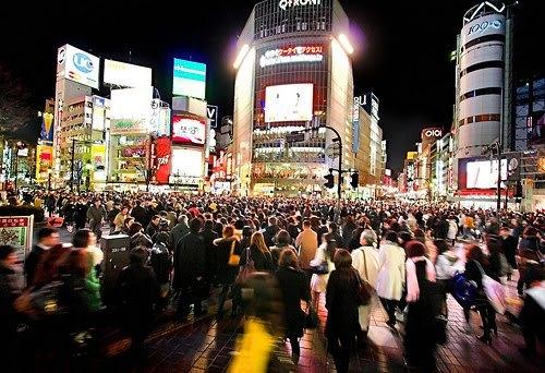 La población de Japón se reduce por tercer año consecutivoEl país nipón registró por tercer año consecutivo unacaídaen la población con 127,3 millones dehabitantes, 217.000 menos que en 2012, y queincluye además a los extranjeros que permanecen en el país por más de tres meses.La población masculina se estimó en 61,9 millones, mientras que la femenina fue de 65,4 millones.El número de personas en edad laboral (15-64 años) fue de 79 millones, 1,2 millones menos que en 2012. Por primera vez desde 1981 la cifra se situó por debajo de los 80 millones.Por otro lado, la población de la tercera edad (65 años o más) fue de 31,9 millones, 1,1 millones más que en 2012. Un nuevo hito ya que,por primera vez desde 1950, este sector representa el 25% de la población total.El número de niños de 0 a 14 años fue de 16,4 millones (157.000 menos que en 2012) y representó el 12,9% de la población total, la tasa más baja de la historia.La población de Japón continuará disminuyendo debido a su rápido envejecimiento y el declive de su tasa de natalidad, indicó el Gobierno japonés.Vía JT