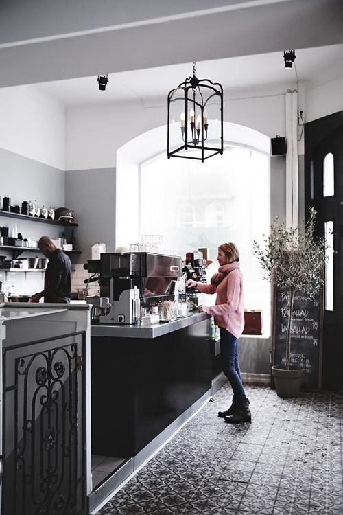 tigaers:  ellure:  a cafe I'd love to own in the middle of a French district.  ≣