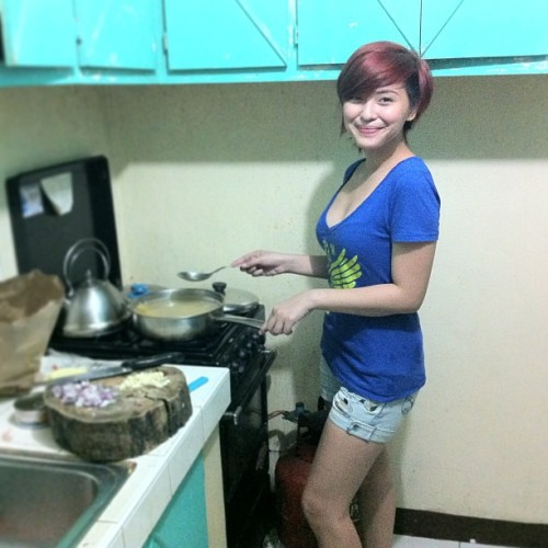 "fuckyeahtoo:  If she's my chef.. Anything is goin' to be delicious! lol :""> Photo from Joyce Pring's Instagram account."