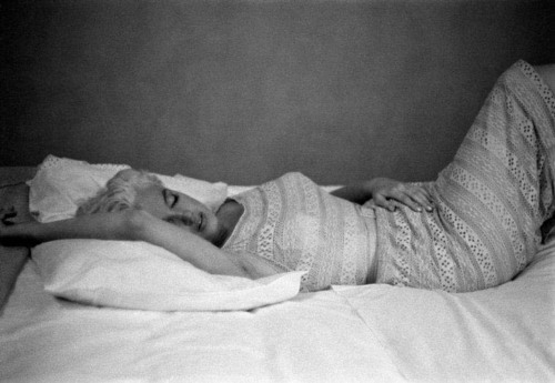 Marilyn Monroe resting, Bement, Illinois 1955 by Eve Arnold (Screen Idols)