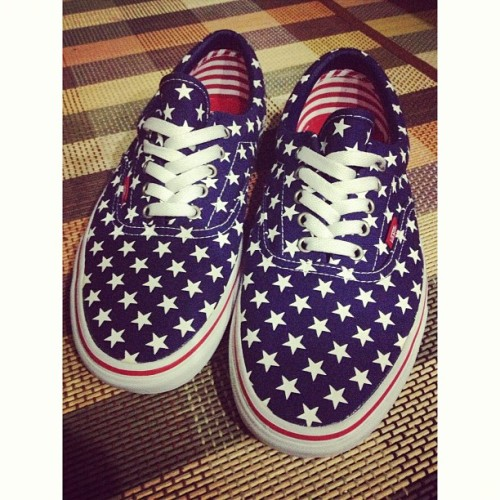 NEW VANS FROM @apolloniaaa 😘😘😘 OHMAGERD. DIDN'T KNOW CHRISTMAS WOULD BE COMING EARLY! 😍 #Vans #gift #early #christmas #present #vansonthewall #america #unitedstates #usa #whitagram