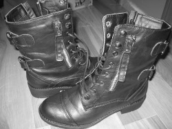 washedawaybythetides:  I have an obsession with my boots.  loool, i have these boots!!!