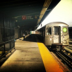 """G·ood Morning!"" #GTrain #Brooklyn #4thAvenue #9thStreet #Gowanus #ParkSlope #SouthSlope #NYC #NewYork #NewYorkCity #Subway #OnthePlatform #abrooklynsoul #brooklynpoets #made_in_ny #UrbanLandscape #UrbanDwellings #explore_brooklyn #explore_community #explore_nyc #MorningStart  (at MTA Subway - 4th Ave/9th St (F/G/R))"
