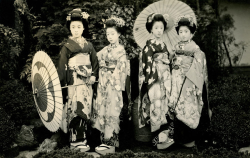 Maiko Hatsuko and Friends 1920s (by Blue Ruin1)  This picture shows a very young Maiko Hatsuko, second from the left in the pale kimono, together with three other Maiko (Apprentice Geisha) from Kyoto.