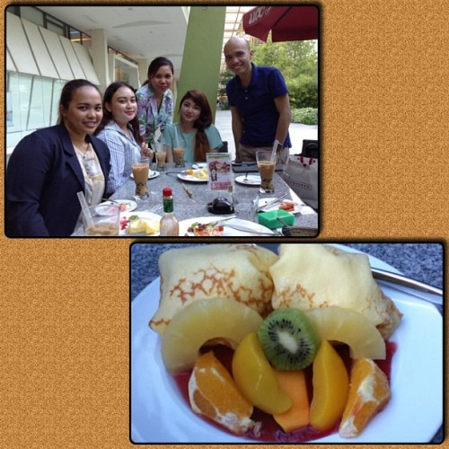 mixed fruit crepe with jumegs.. #FrameMagic @tashavillacin @espiritukatrina @simply_mild #laverne  (at UCC Café Terrace)