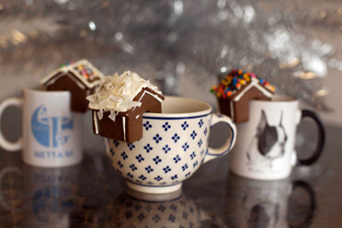 How sweet are these tiny gingerbread houses? The perfect mug adornment for a holiday feast!