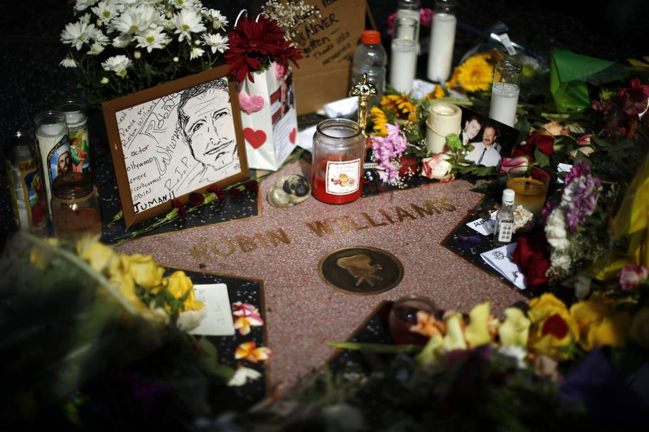 cornishcapitol:  Memorials all over the World for Robin Williams - his star on the Hollywood Walk of Fame, his house from Mork & Mindy, the bench from Good Will Hunting, and the house from Mrs Doubtfire among them. Rest in Peace Robin Williams.