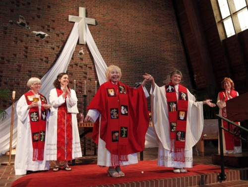 Kentucky woman ordained as priest by dissident Roman Catholics (Photo: John Sommers / Reuters) A dissident Roman Catholic group ordained a 70-year-old woman a priest in Louisville, Kentucky, during a ceremony attended by hundreds on Saturday. Read the complete story.