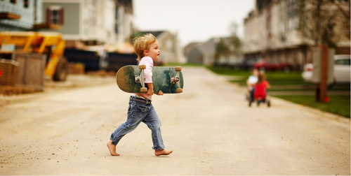 alagarconnemeuf:  baby skateboarder, no shoes