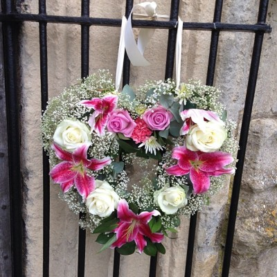 beforemyheart:  Such a cute wedding wreath #cute #flowers #wedding #heart #pretty #wreath