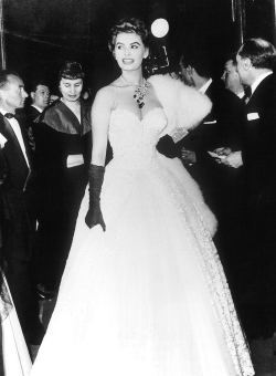 vintamour:  thefashionatelier:  Sophia Loren at the Cannes Film Festival in 1955  ☆☆☆