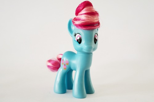 Mrs. Cake! Finally a new, but still unreleased, pony for us!