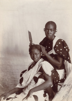 gradientlair:  dynamicafrica:  Women's Hair Dressing in Zanzibar, Tanzania. Late 19th century.  Beautiful! You see that hair pick, right? :)