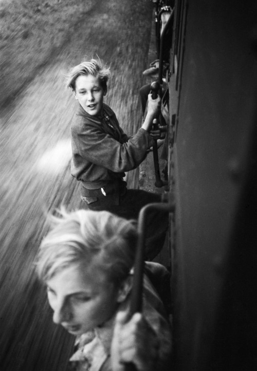undr:  Menno Huizinga Children hanging on a full train after the liberation. 1945