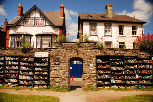 "waterlostinthesea:  Hay on Wye- A town in Wales known as the ""town of bookshops"" Containing over 30 bookstores, specializing in rare books, used books, books of all types, it is a major destination for bibliophiles.   Maar wat als het regent?"