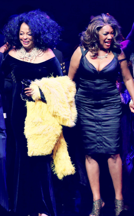 receptiveapprehension:  Last night…Diana Ross and Mary Wilson were onstage together. The planets were aligned.   Yay! Friken awesome, I so wish flo was alive for this. :(