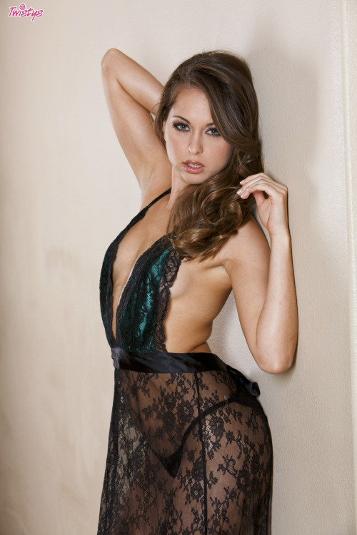 @RileyReidx3 looks good enough to … eat ;) #Twistys #babe #sexy