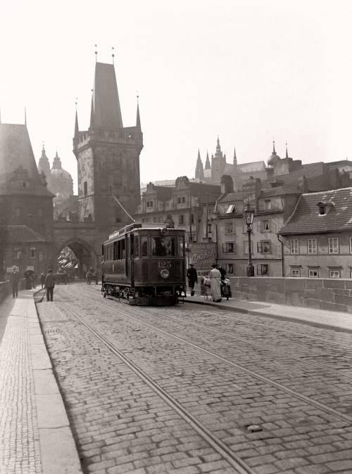 poboh:  A tram crosses Prague's famous Charles Bridge, 1908,   Jan Srp.
