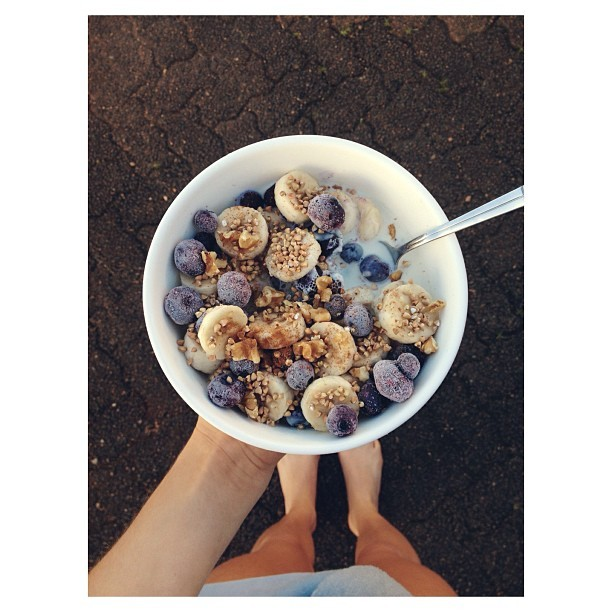 cleanbodyfreshstart:  {four sliced bananas, frozen blueberries, roasted buckwheat, walnuts, soy milk} 🌻#vegan
