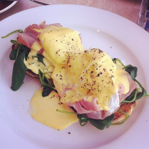 #eggsbenedict #sundaybrunch #awesomerestaurantname (at Red Heart Cafe)