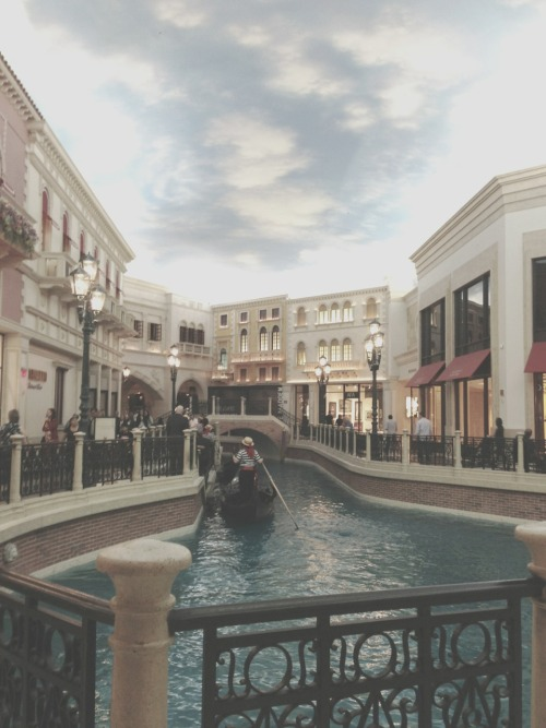 aheartfortheheartless:  i wanna go back to Vegassss.