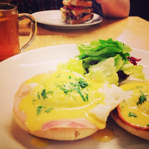 Eggs benedict and lemon tea for lunch, with @adamsiew @nameisyeeling  #everyday #breakfast #foodporn #tea #love #instadaily  (at SPR•MRKT)