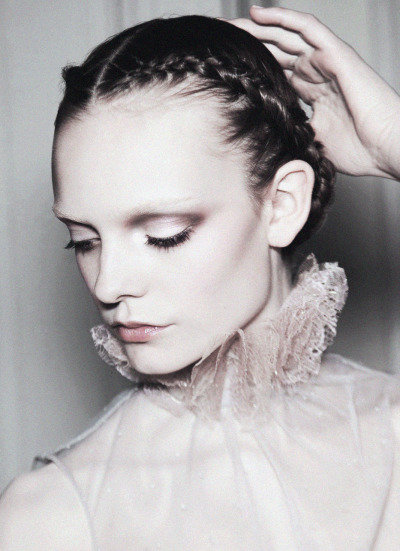 deprincessed:  Nimue Smit strikes a pose backstage at Valentino Couture S/S 2011